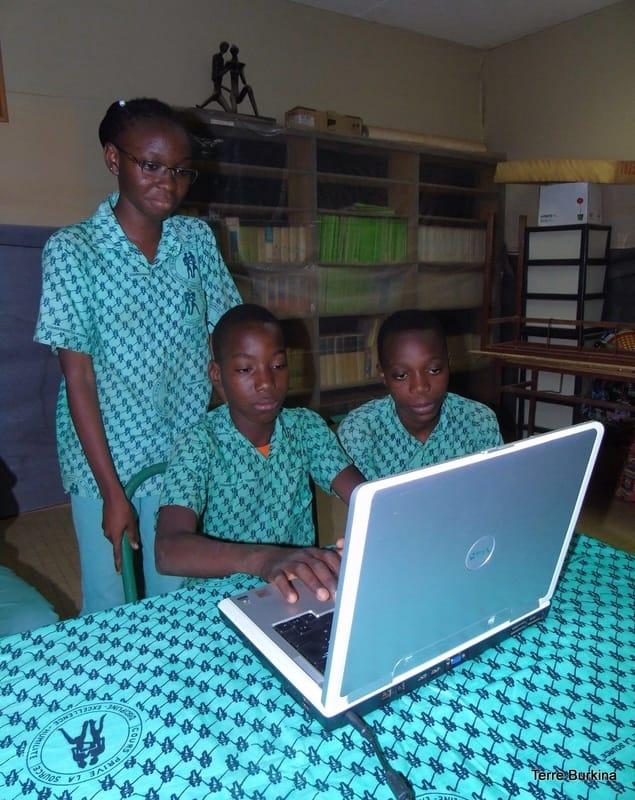 Enfants travaillant sur un ordinateur